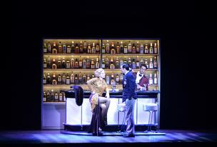 Reno Sweeney (Rachel York) and Billy Crocker (Josh Franklin) open up the performance drinking a couple of Manhattans in a bar.