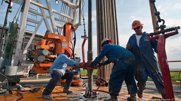 Workers in action at an Orion Drilling Co. rig near Encinal in the Eagle Ford Shale. The number of Eagle Ford wells declined by six last week. Photographer: Eddie Seal/Bloomberg