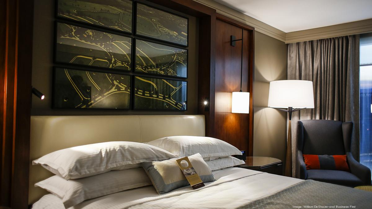 Omni louisville hotel shows off decor for new rooms for Hotel decor items