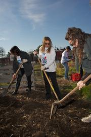 At the Washington DCJCC, 400 volunteers participated in Good Deeds Day, presented by The Jewish Federation of Greater Washington. Shari Arison gives a hand.