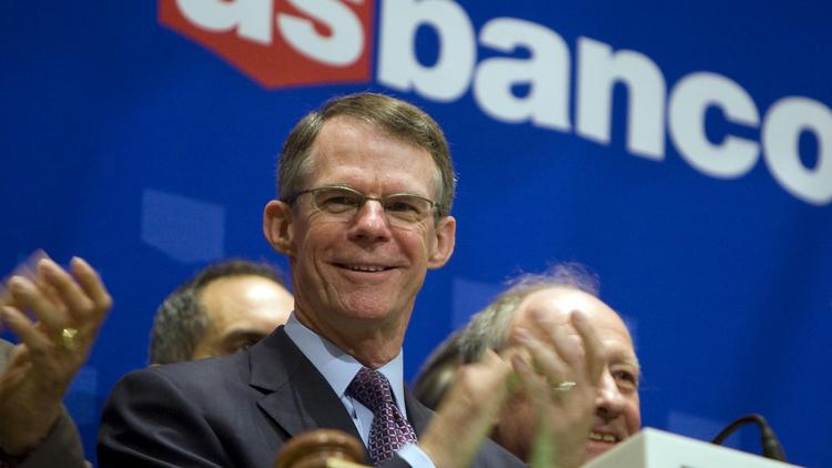 Richard K. Davis, president and chief executive officer of U.S. Bancorp, applauds before ringing the closing bell at the New York Stock Exchange in New York, U.S., on Monday, June 14, 2010.  Photographer: Jin Lee/Bloomberg ***Local Caption*** Richard K. Davis