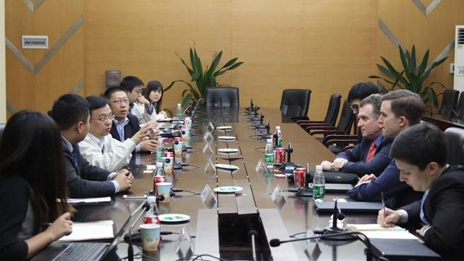 BYD Chairman Chuang Wang (gesturing at left) discusses solar panel agreement with Strata Solar CEO Markus Wilhelm (at right in red tie) at BYD's SHenzhen facility.