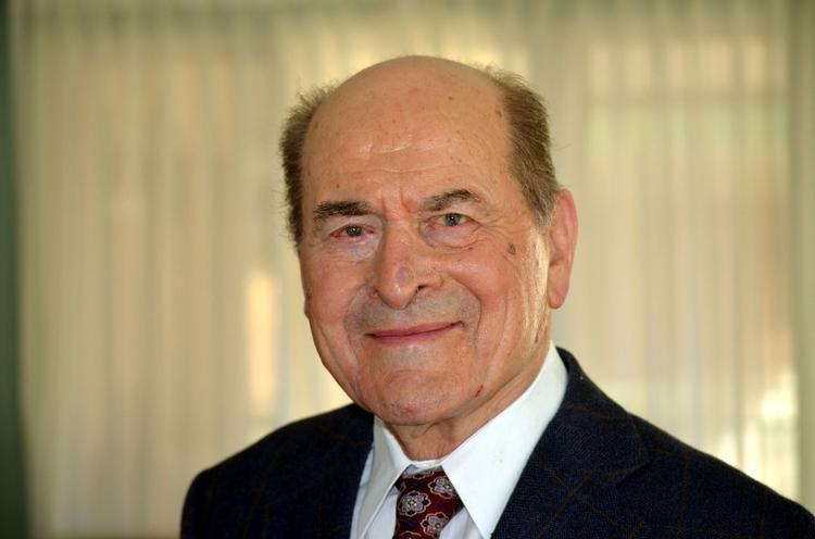 Henry Heimlich, the Cincinnati doctor famous for popularizing an abdominal thrust known as the Heimlich maneuver to save choking victims, has written a memoir that acknowledges the controversy that accompanied that medical procedure and others he invented or advocated.
