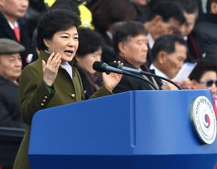 Park Geun Hye, South Korea's president, speaks during the presidential inauguration held in front of the National Assembly in Seoul, South Korea, on Monday. The eldest daughter of the late President Park Chung Hee assumed executive power at midnight, and took the oath of office this morning at an outdoor ceremony in front of the National Assembly.
