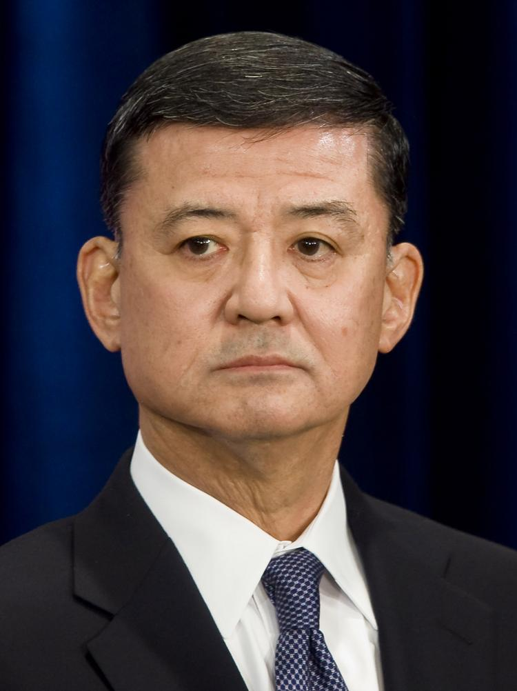 The nation's largest veterans service group is calling for the resignation of Eric Shinseki, secretary of the Department of Veterans Affairs.