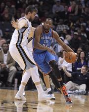 Kevin Durant turns the corner on Marc Gasol