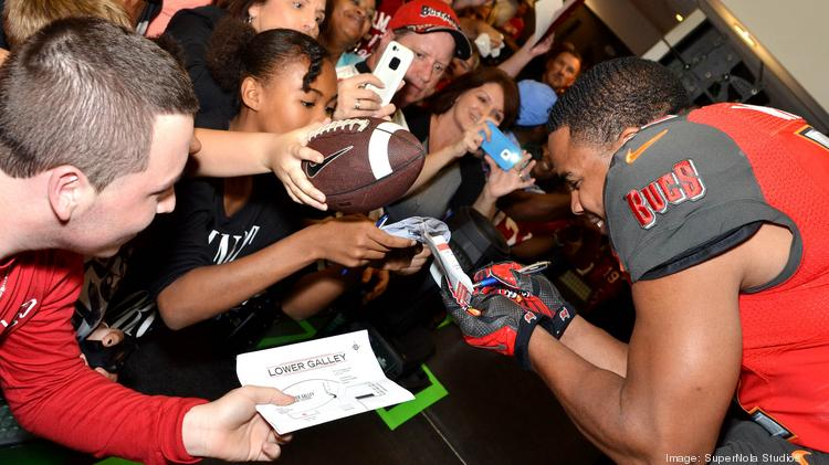 Buccaneers running back Doug Martin signs autographs for fans.
