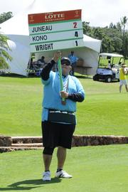 A volunteer displays the players who are golfing.