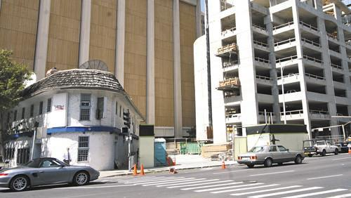 This 2007 file photo shows the 1192 Alakea St. corner lot with the former Detox Lounge and the Pinnacle condominium under construction next door. Developer Michael Harrah, who built the Pinnacle, says he plans to build a parking garage at 1192 Alakea, which is currently being used for surface parking.