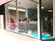 Brookside Betty's, 6215 Oak St., is now open. The new boutique features vintage-inspired dresses and accessories.