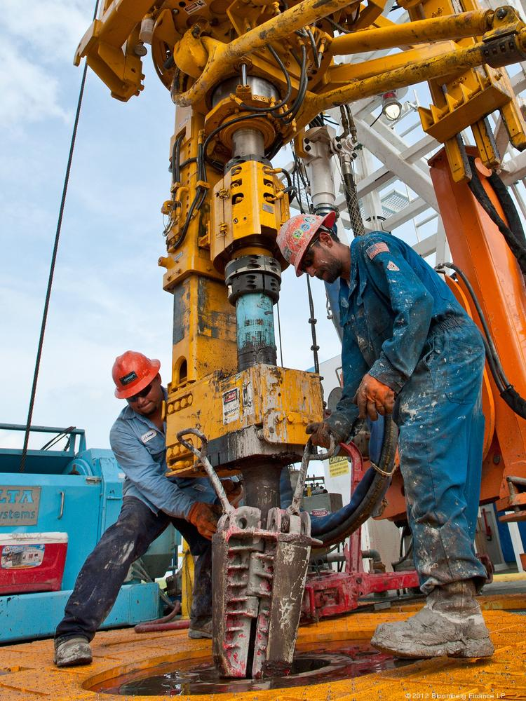 Workers set slips to hold a pipe on a drilling rig in the Eagle Ford Shale. Penn Virginia Corp. plans to funnel funds from recent transactions into expanding its acreage in the South Texas oil-and-gas play.