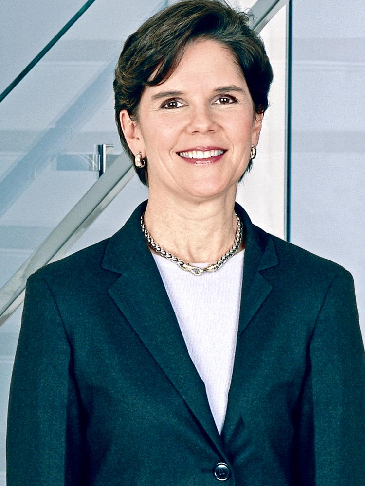 How does pay for General Dynamics CEO Phebe Novakovic compare with