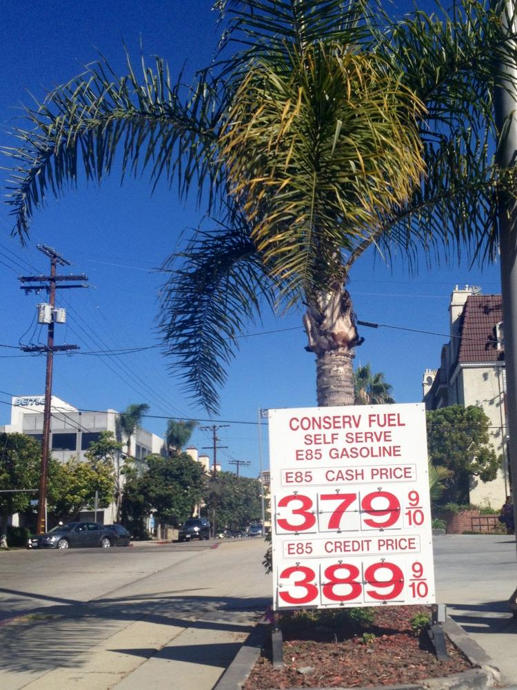 Joe Dimaggio's streak is not in any danger yet, but the decline in Southern California gas prices is certainly on a tear, dropping for the 28th straight day on Sunday.