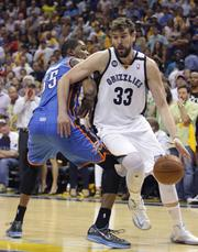 Marc Gasol moves around Kevin Durant.