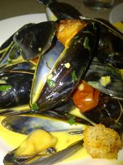 Mejillones:mussels with oven-dried tomatoes and saffron cream.