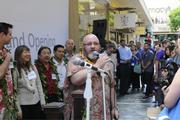 Kevin Eagan, vice president of e-commerce for Microsoft Corp., welcomes people prior to unveiling the new Microsoft Store at Ala Moana  Center.