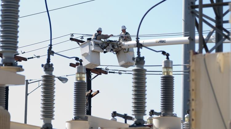 Energy Future Holdings plans to sell its energy transmission company, Oncor, to the Hunt Cos.