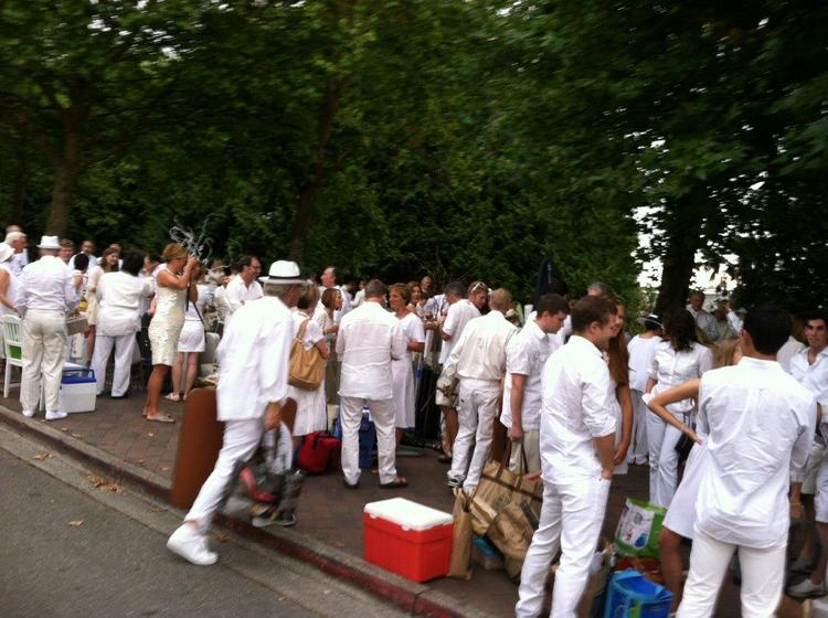 For 2013 Diner en Blanc in Seattle, hundreds of people clad in white appeared at the appointed time in the appointed place. This year it was Gas Works Park on the shores of Lake Union. They arrived in the area all at once — a gastronomic flash mob, bearing incredible treats and table decorations, plus linen, china, silver, glassware.