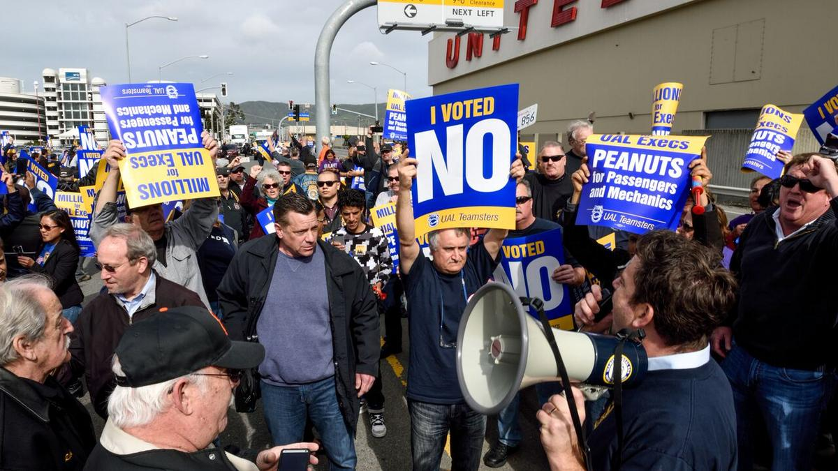 United Airlines Mechanics Picket To Protest A Contract Offer