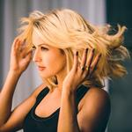 P&G just signed pop star Ellie Goulding to promote one of its brands (Video)