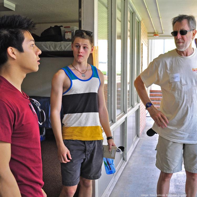 (L-R) Resident mentor Victor Vo and a first-year student chat with Trinity President Dennis Ahlburg and Center for Innovation and Entrepreneurship Director Luis Martinez, Ph.D.