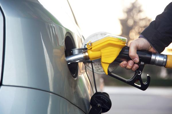 Drivers could be seeing gas prices below the $3 mark this year if crude oil prices keep dropping.