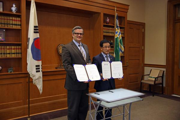Mayor Sam Adams and Chairman Kisup Song from the Multifunctional Administrative City Construction Agency signed a memorandum of understanding Thursday to mark a partnership on sustainable city development.