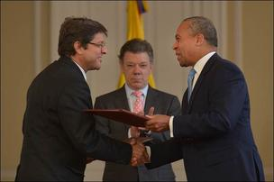 Governor Deval Patrick and Colombia President Santos, center, signed a memorandum of understanding to promote collaboration in the innovation economy sectors, with the Director of Colciencias Carlos Fonseca, left.