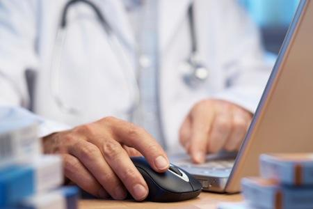 More doctors in Kansas and Missouri use some form of electronic health records, but progress was slower on installing full computer networks, a study finds.