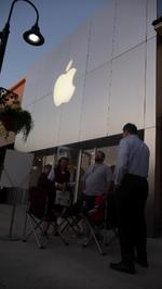 Apple's new iPad draws hundreds to St. Johns Town Center