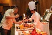John Yeh of Bonterra Solar checks out the roast beef from chef Edguardo Appillaga.