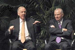 T. Boone Pickens, who backs use of natural gas, and Mike Jackson talk about energy policy at a Nova Southeastern University forum in 2009.