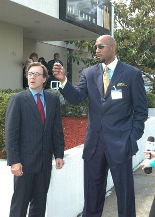 Claudio Osorio with Alonzo Mourning