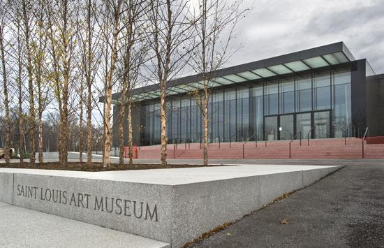 The East Building features a dark, polished facade along with floor-to-ceiling windows that provide visitors views of Forest Park. The exterior of the building is made up of 23 massive panels, composed of rock and sand from Wisconsin and Missouri river aggregate.