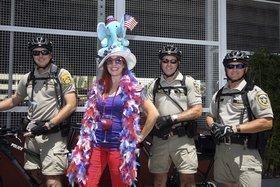 New Yorker Lindsay Ferrier com cafemom.com, posa com Aaron Campbell, Polícia Tampa Departamento e no condado de Hillsborough Sherfiffs Alan Grinaldi e Dabbs Joey.