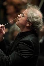 After lockout, ex-Orchestra conductor calls for president's exit