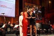Heidi Klum accepts her award from Anja Gockel and Judy Woodruff.