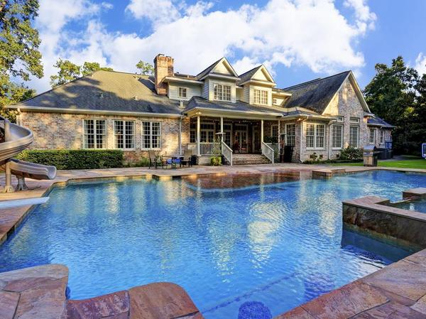 A Mixture of Grandeur and Comfort In Piney Point