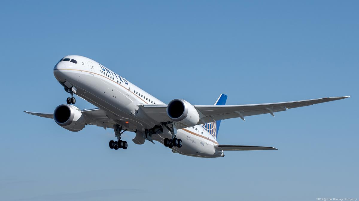 United Airlines catering workers move to unionize - Chicago Business ...
