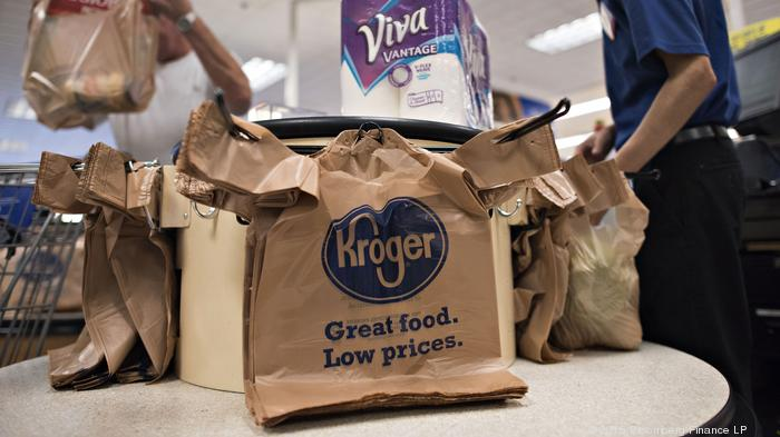 An employee bags a customer's purchases at a Kroger Co. store in Peoria, Illinois, U.S., on Tuesday, June 16, 2015. Kroger Co. is expected to release quarterly earnings on June 18. Photographer: Daniel Acker/Bloomberg