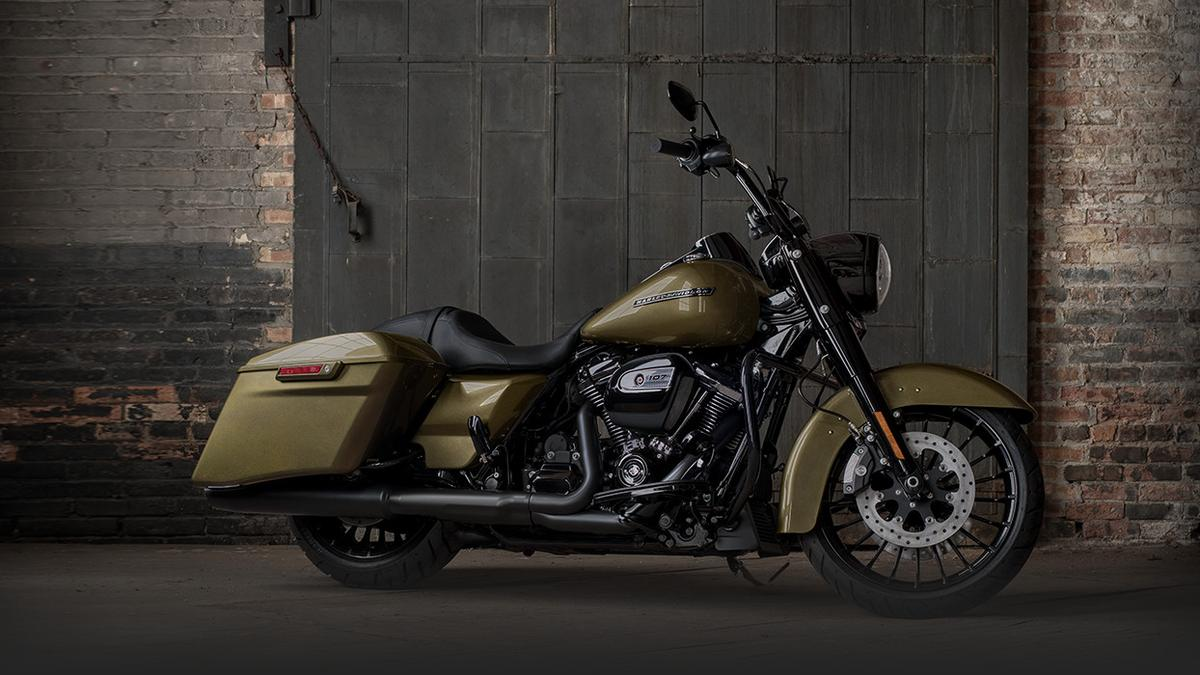 harley davidson rolls out new road king special model milwaukee milwaukee business journal. Black Bedroom Furniture Sets. Home Design Ideas