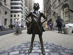 Crude dog statue targets 'Fearless Girl'