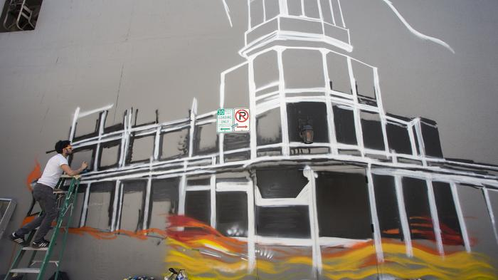 Phoenix muralists begin historic tribute on Renaissance hotel