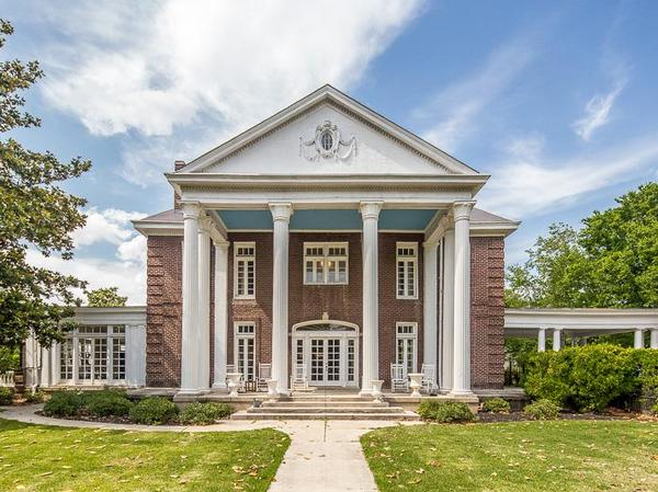 Home of the Day: Sheldon Rosengarten and Kelly Erb present the historic Clanlo Hall