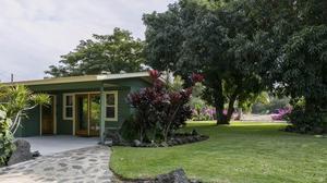 Captivating Hawaiian Beach Cottage Getaway
