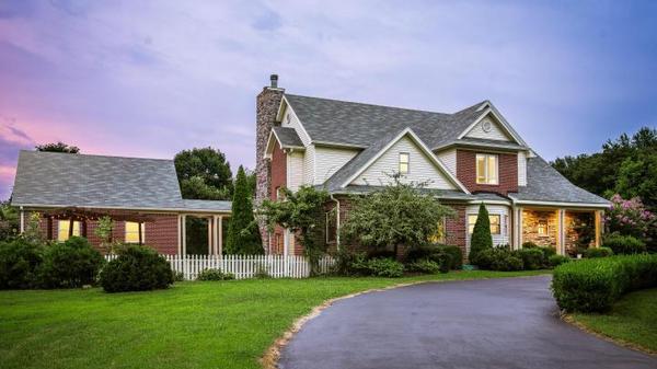 Custom built home ideal for entertaining & family living
