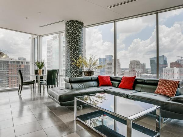 Home of the Day: 2430 Victory Park Lane #2009