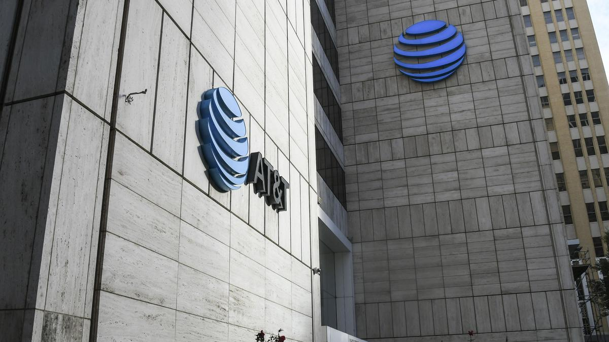 AT&T CEO Randall Stephenson met with activist Elliott Management, report says