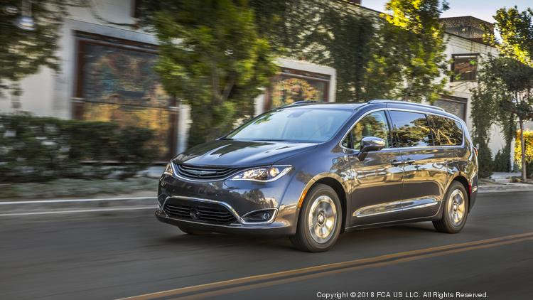 Automotive Minute 2018 Chrysler Pacifica Hybrid Keeps Creature Comforts Adds Train Discomfort Photos