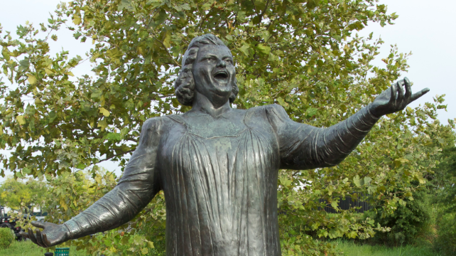 Philadelphia Flyers remove Kate Smith statue from Wells
